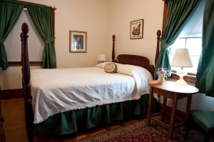 four-poster double bed in the pineapple room